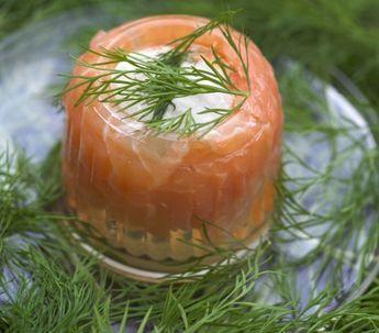 Łosoś w galarecie - Przepisy.W auszpiku można podawać zarówno łososia gotowanego jak i wędzonego. Łosoś w galarecie to przepis, którego autorem jest: Magda Gessler