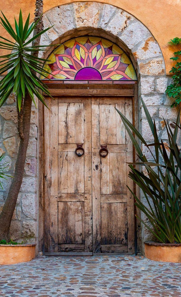 Él pintó la puerta con colores brillantes.