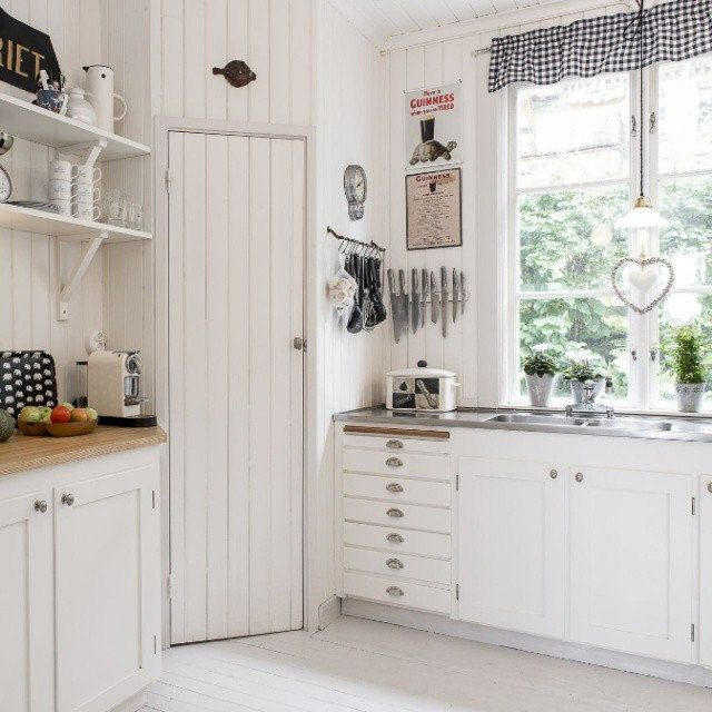 Lite köksinspiration! Mysigt lantkök på hemnet. Jag gillar skafferiet, de vackra…
