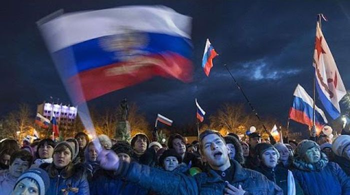 Tisíce ľudí sa v krymskom meste Sevastopoľ prišli pozrieť na ohňostroj, ktorý bol odpálený pri príležitosti prvého výročia ruskej anexie Krymu. Oslavy sa konali aj v ďalších veľkých ruských mestách...
