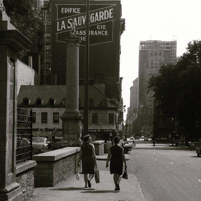 Deux dames sur la rue Notre-Dame devant le Château Ramezay en 1967. . Archives de Montréal VM94-A0469-169 . . #514 #mtl #yul #montreal #montréal #montréaljetaime #streetsof514 #montreallife #cinqcentquatorze #mtlmoments #375mtl #archives #history#archivesmtl #vintage #VilleMarie #vieuxmontreal