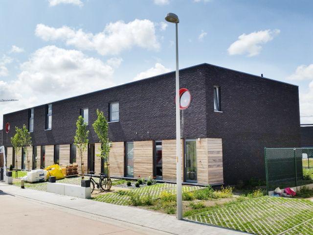 Nieuwbouw • modern • donkere gevelsteen • houten bekleding • rijwoning • Foto: www.huyzentruyt.be
