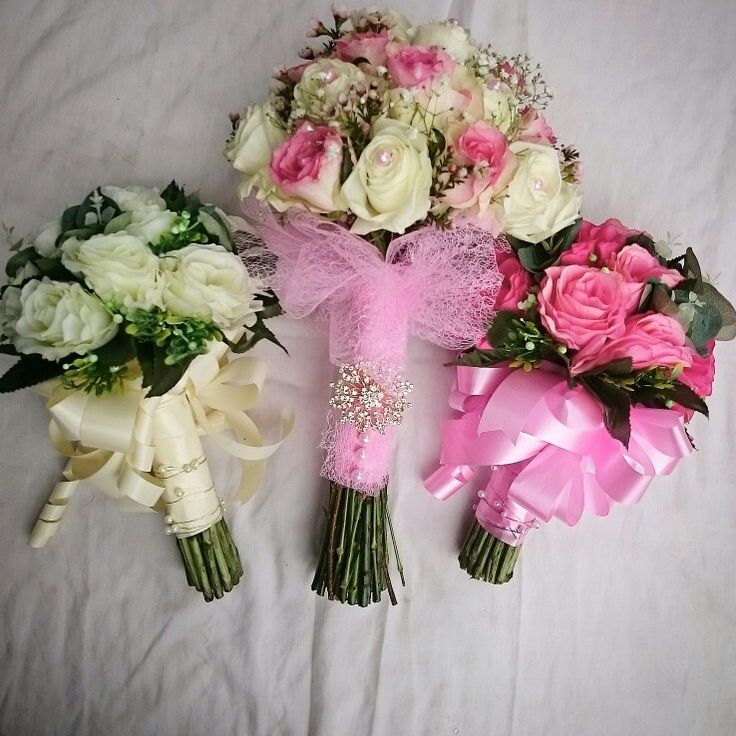 I just love the broach on the bride's bouquet
