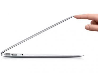 La MacBook Air de 13 pulgadas (MC965E/A) es como una netbook pero con el procesador de una laptop; es ultra delgada y ligera.