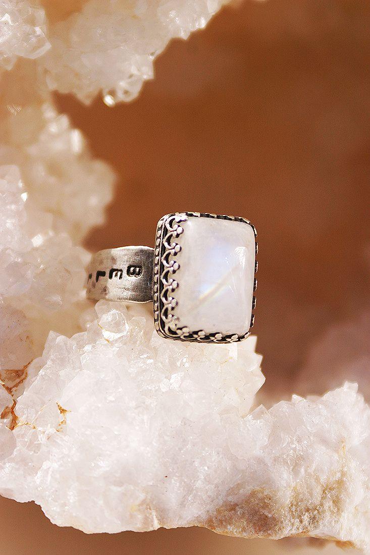 """""""Bella Luna"""" moonstone ring in Sterling silver. Foto Pablo Rivera, Chile"""