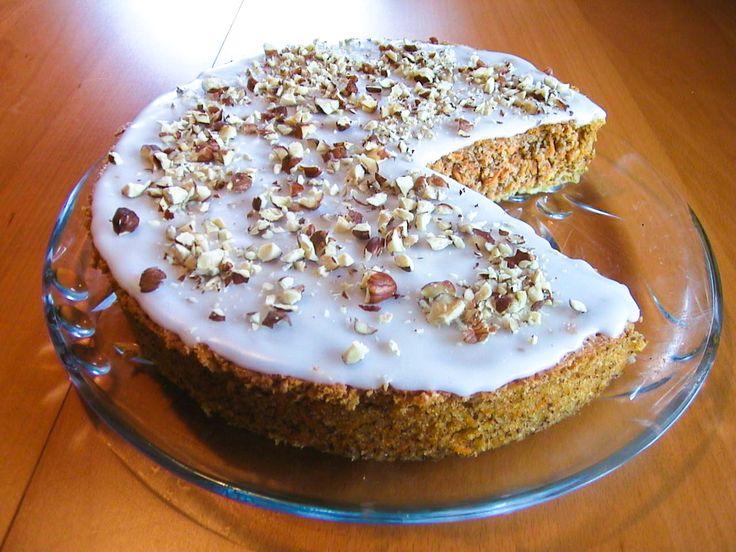 Bakelyst.no: Vidunderlig saftig og god gulrotkake med hasselnøtter og melisglasur. Kaken inneholder ikke noe hvetemel, hvilket gjør den ekstra luftig og myk.