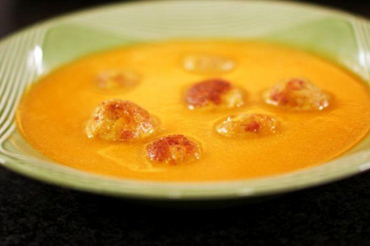 Paprika's zijn niet alleen heel smakelijk, ze zijn ook heel gezond. De groente bevat een flinke hoeveelheid vitamine C. Jeroen maakt er graag soep van en daar horen ook hele lekkere balletjes bij. Om ze extra smaak te geven, voegt hij piepkleine stukjes Spaanse chorizo toe aan het gehakt. Let wel op bij het serveren: als je geruzie wil vermijden, schep dan precies evenveel balletjes in het bord soep van elke tafelgast.
