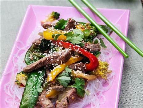 Koreansk strimlad biff med wokade grönsaker och glasnudlar