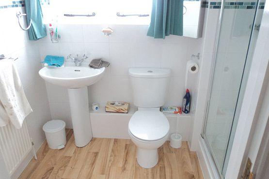 decoração de apartamento alugado piso vinílico adesivo no banheiro