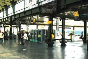 Here is the Gare de Lyon Train Station Yellow Platform. At Gare de Lyon, there are two platform zones, which are yellow and blue. Un quai