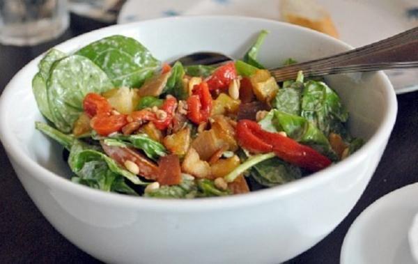 Aprende a preparar ensalada de espinacas con huevo cocido con esta rica y fácil receta. Se limpian las espinacas frescas, se cortan los troncos y se cuecen con su...