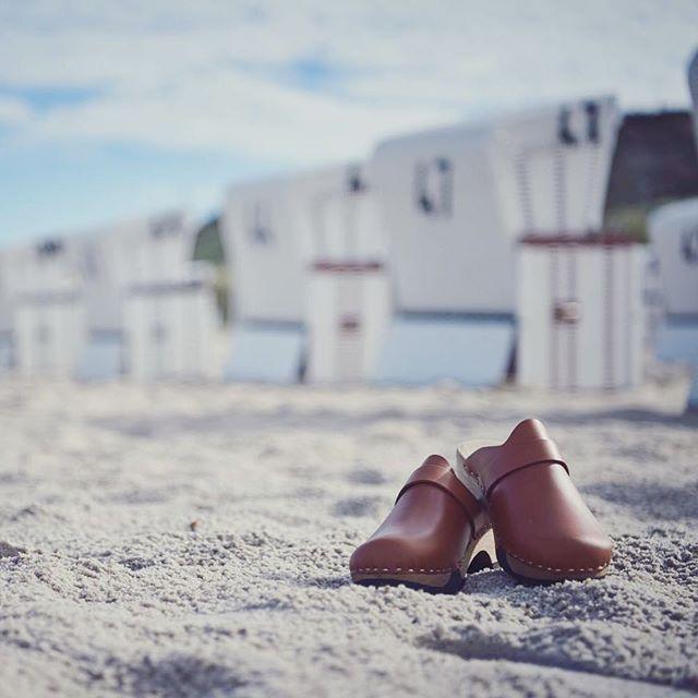 Softclox sind auch an der Küste wunderbare Begleiter. Wie vielseitig Ihr unsere Lieblinge am Strand und Meer einsetzen könnt und damit für jede Wetterlage bestens gerüstet seid, zeigen wir Euch in unserer neuen Strecke.  #softclox #clogsofinstagram #iloveshoes #clogs #sonnesandundmeer #steifebriese #vitaminsea