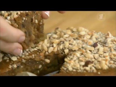 В русской кухне есть блюда, которые традиционно готовятся в пост. Но сегодня речь пойдёт о том, как один ингредиент может изменить вкус привычного блюда, в нашем случае это медовая постная коврижка, которая готовится на клюквенном морсе.  ИНГРЕДИЕНТЫ: - морс клюквенный – 200 мл; - масло растительное – 0,5 стакана; - сахар – 1 стакан; - мёд – 150 г; - мука – 1,5 стакана; - сода – 1 чайная ложка; - кофе, корица – по вкусу; - кардамон, кориандр – по вкусу; - изюм, орехи – по вкусу.