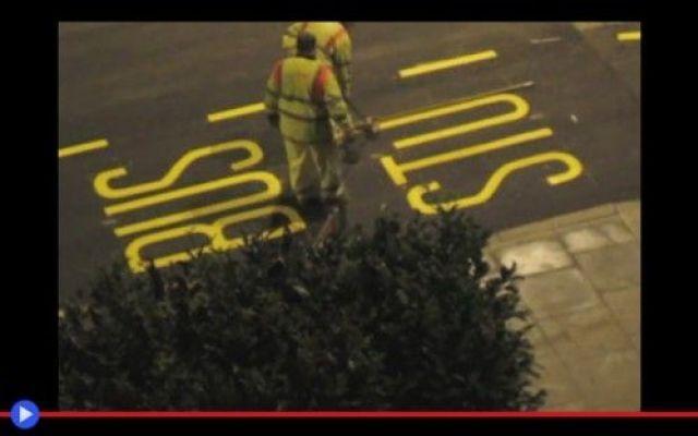 """La mano svelta che sa scrivere """"Bus Stop"""" #tecnologia #città #trasporti #segnali"""