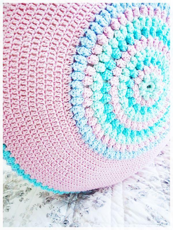 #crochet cushion spotted via @hearthandmadeuk