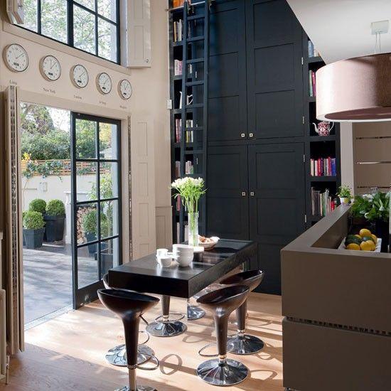 <3 White Memories: Casa Londinenca <3: Breakfast Rooms, Kitchens Design, Lights Fixtures, Kitchens Pictures, Dark Cabinets, Books Shelves, Kitchens Islands, Time Zone Clocks, Built In Shelves