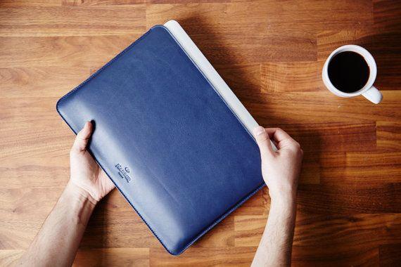 Lleva tu MacBook Pro Retina 13 con facilidad con nuestra nueva funda para portatiles. El diseño minimalista y elegante cubrirá su portatil o Mac cómodamente entre capas de cuero premium de plena flor, curtición vegetal y fieltro de lana 100%. Hacemos envios desde Londres. 30 Dias para devoluciones. Gracias por leer