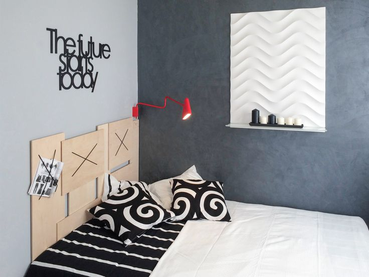 Mała sypialnia młodej, przebojowej dziewczyny.  Zagłówek wykonany ze ścinek sklejki wynalezionych w markecie budowlanym.