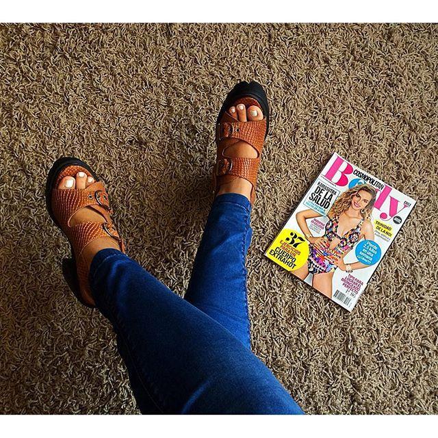 Mitad de semana!! ✨ Qué rico llegar al depto y encontrar la edición especial de mi @cosmochile  #cosmolovers #shoes #instashoes #shoefie #shoesoftheday #shoestagram #heels #highheels #chile #tacones #sandals #blog #zapatos #fashion #instafashion #b...