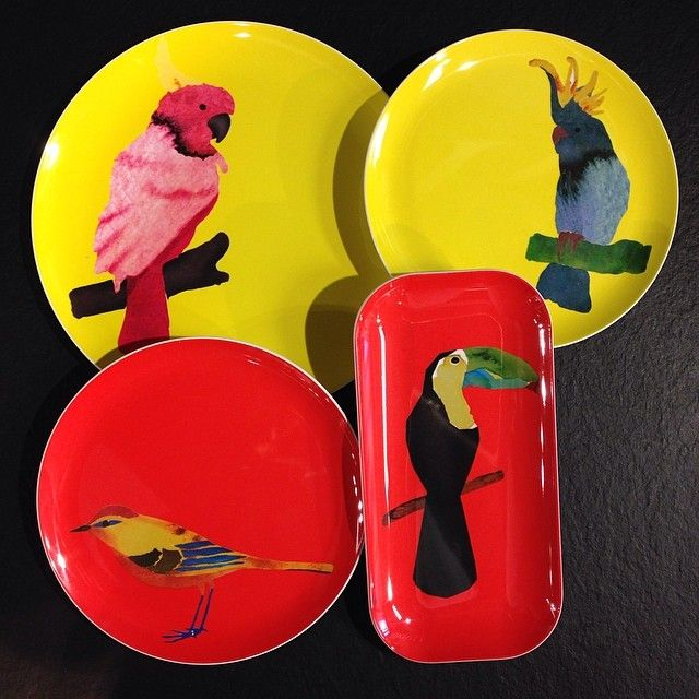 Nyhet på Habitat Dessa färgglada tallrikar i melaminplast med fina fåglar gör oss glada såhär på tisdagseftermiddagen. Från 35kr. #habitatsverige #tallrik #melamin