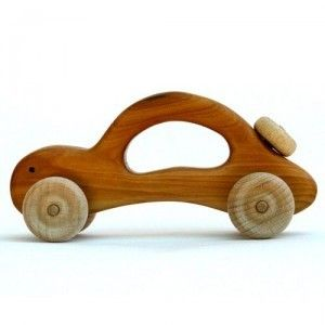 Coche de madera. Juguete muy manejable y ligero. Ideal para niños incluso antes del año. Más información: www.artesania-alla.es