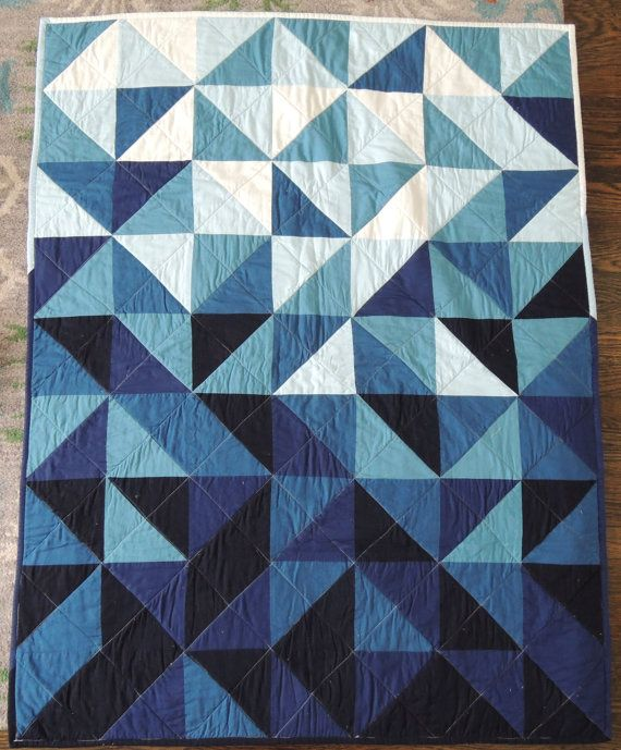 Dieses Fett, moderne Baby Quilt ist zusammengesetzt aus verschiedenen Schattierungen von indigo und Blaugrün und gesicherten mit Licht blau Denim.