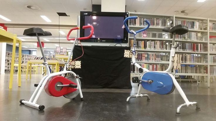 Xbox controllers van 2 hometrainers voor een expositie in de bibliotheek door Mathijs