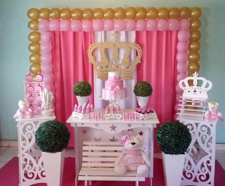 Locação Decoração Ursinha Princesa    Acompanha : mesa , 2 cubos , painel de cortinas , tapete , vasos de mesa e de cão , bandejas , suporte de doces , armário de mesa ...    *não incluso arco de bexigas    Uma linda decoração para chá de bebê ou aniversário !!!
