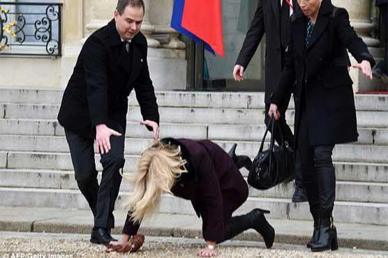 ڈنمارک کی وزیراعظم فرانسیسی محل کی سیڑھیوں پر گر پڑیں، روزنامہ اُردو پوائنٹ
