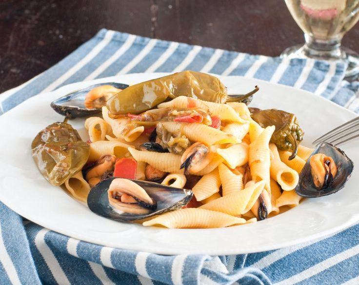 Koolhydraatarme pasta met kip en een saus van pesto. Deze makkelijke groenterijke pasta kan zowel warm als koud gegeten worden. Probeer dit recept nu!