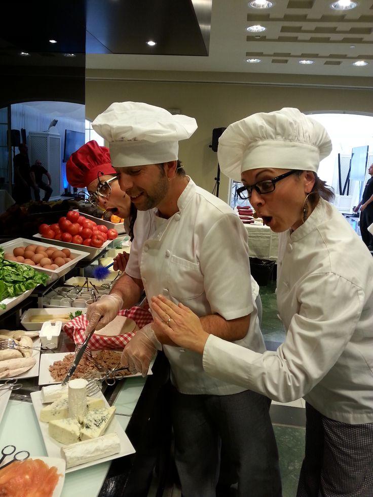 Divididos en  equipos nuestros  aspirantes a cocineros tendrán que crear las recetas más originales con los ingredientes que les entregamos dejando volar su imaginación, aprendiendo a trabajar en equipo y descubriendo nuevas texturas, sabores, olores… Poniendo en la actividad los 5 sentidos.