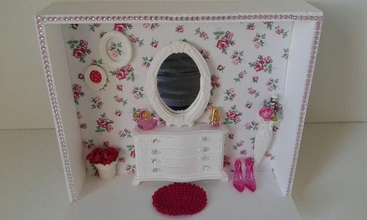Quadro decorativo com fundo em tecido, peças em resina e tapete de crochê
