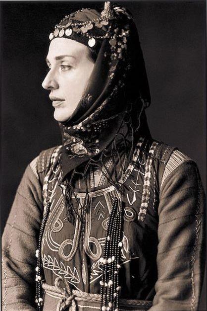 ΛΗΤΗ ΘΕΣΣΑΛΟΝΙΚΗΣ Oι φωτογραφίες είναι από το λεύκωμα που κυκλοφόρησε το 2004 η Καλλιόπη με τίτλο »Παραδοσιακές Φορεσιές». Τα »μοντέλα» είχαν ντυθεί με παραδοσιακές φορεσιές απ' όλη τη χώρα. Οι περισσότερες είναι … μουσειακά κομμάτια από την πολιτιστική κληρονομιά του Λυκείου των Ελληνίδων.