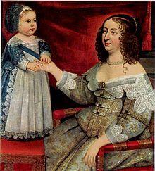 Anne d'Autriche et le futur roi Louis XIV qui porte une plume au béguin assortis à sa robe et son tablier richement ornés de broderies et de dentelles.