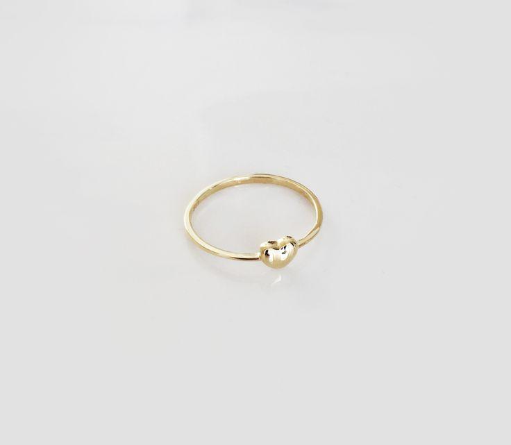 Wunderschöner hochwertiger #Ring mit einem #Herz-Symbol. Der schlichte Ring besteht aus #333er #Gelbgold und ist in der Innenseite entsprechend gestempelt. Er setzt mit seiner Hochwertigkeit einen wunderschönen Akzent zu jedem Outfit. #herzring #geschenkidee #herz #schmuck #heart #geschenkideen #liebe #freundschaft #weihnachtsgeschenk