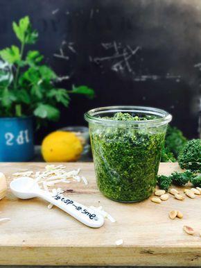 Grønkålspesto  4 store blade grønkål 1 håndfuld bredbladet persille 50 g pinjekerner (eller solsikkekerner) 40 g parmesan 2 fed hvidløg saft fra 1 citron ca. 1,5 dl koldpresset olivenolie salt