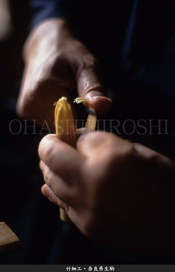 Japanese craftsman - making bamboo whisk : photo by Hiroshi Ohashi