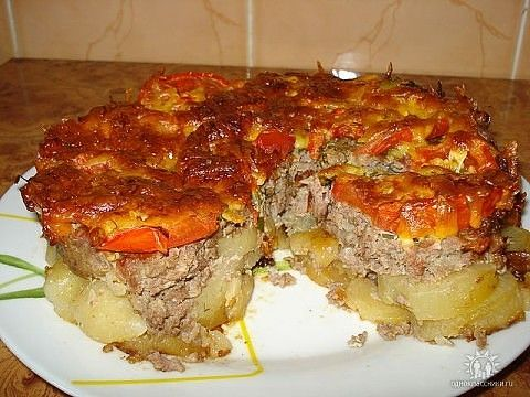 Картофель под «шубой» Активное время готовки 20 мин. + время на выпекание Нам потребуется: 1. Картофель — 1 кг 2. Лук репчатый — 2 шт. 3. Фарш мясной — 700 гр 4. Помидоры — 3 шт. 5. Сыр твердый — 200 гр. 6. Майонез — 500 гр. Соль, перец по вкусу. Нарезать картофель кольцами, лук …