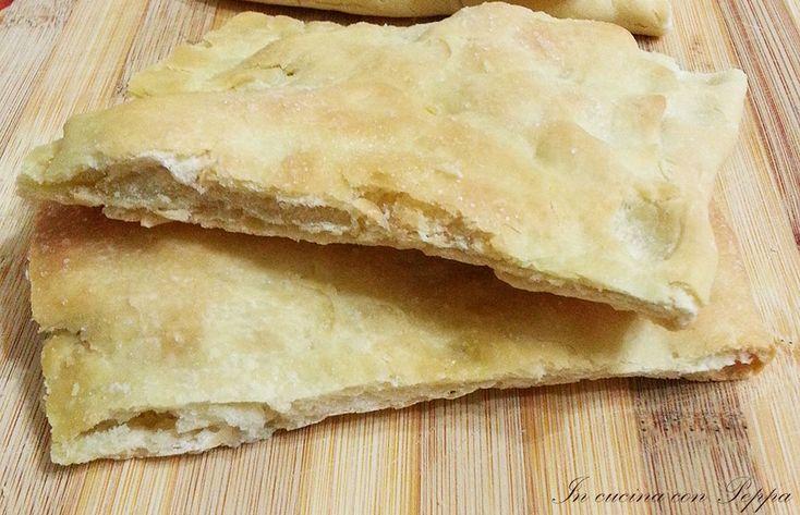La schiaccia all'olio bimby è una focaccia tipica della Toscana, ottima accompagnata con salumi e formaggi; qui vi lascio il procedimento con bimby tm31...