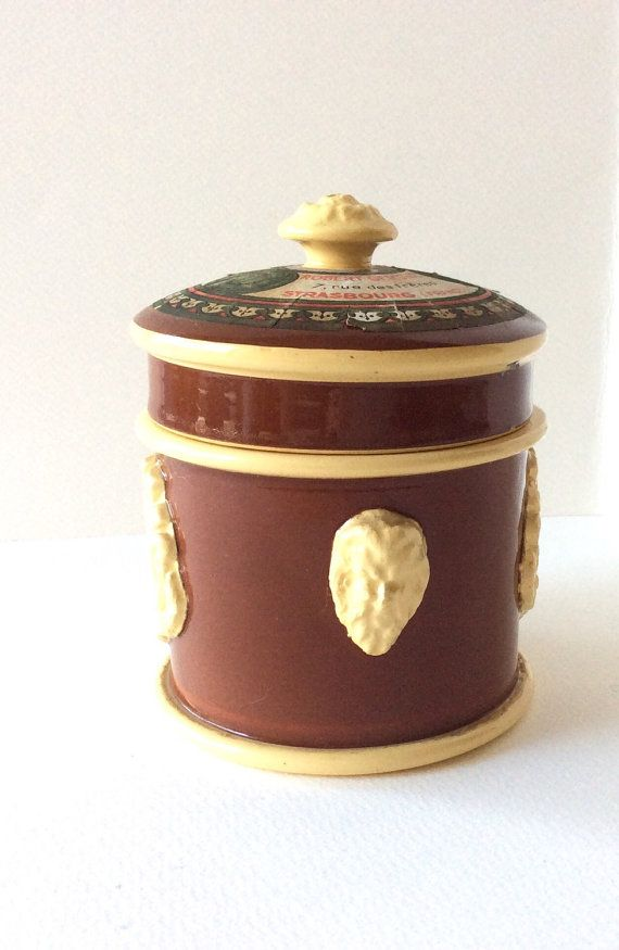Železná ruda.  Tradiční francouzský hliněný hrnec pro foie gras.Terrín s víkem.  Skladovací jar.  Francouzský železný kámen.  Foie Gras pot