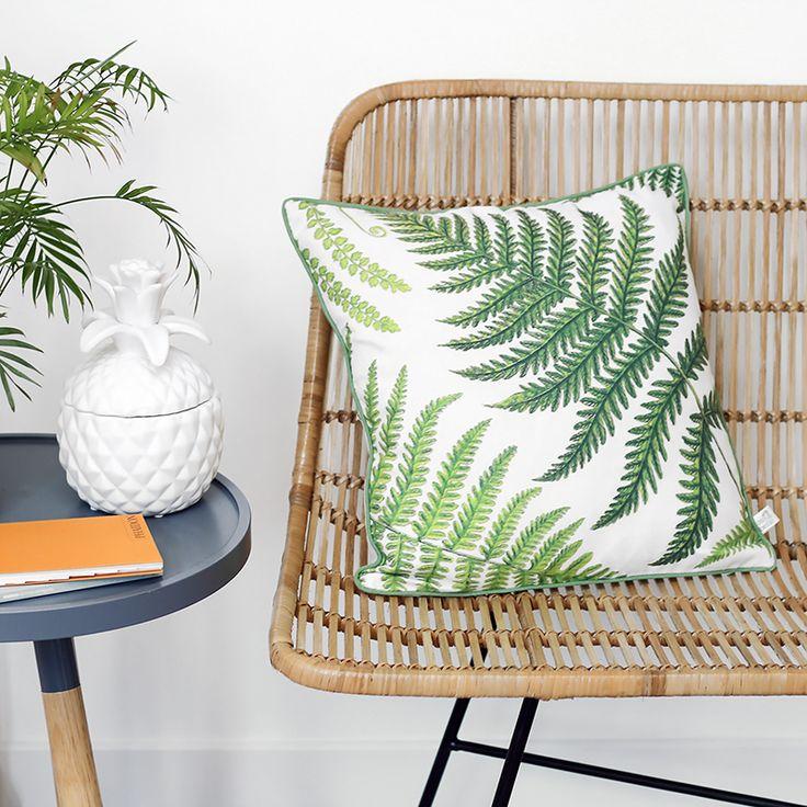 Faites entrer la nature dans votre intérieur avec ce coussin coloré par Sass & Belle. Ses feuilles de fougère évoquent une illustration d'un livre de botanique.