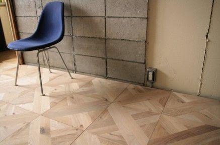 【寄せ木細工で織りなす】¥9,500/m²〜  (写真はオーク大柄/無塗装 ¥9,500/m²) オーク材を寄せ木貼りして1枚の板にしたパーケットフローリングです。 寄せ木のパターンとしては珍しいもので、ヘリンボーンでもなく、対角に「X」を描くように貼られています。