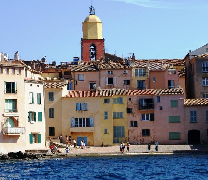 St Tropez...connu mondialement, ce village est très animé l'été. En hiver, St Tropez devient un petit village provençal de pêcheurs aux ruelles séduisantes et aux couleurs chaudes, au bord de la méditerranée. Deux saisons où tout le monde y trouvera sa place.