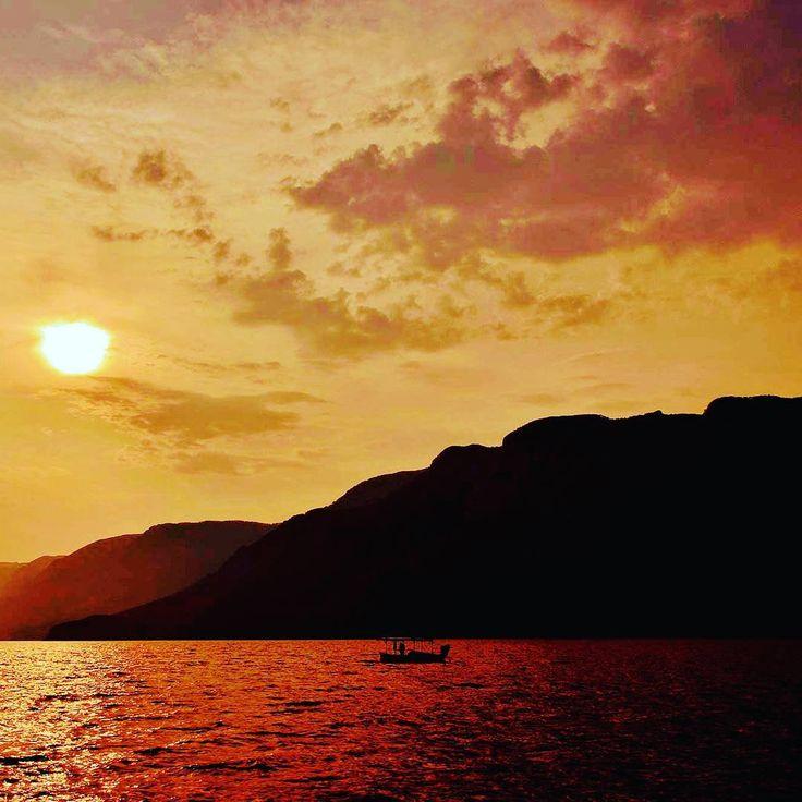 Tarihin kıyısında gün son bulurken hayallerine doğru kürek çek 🤔🦑🚣   #knidos #datca #muğla tatil #zamanı #günbatımı #yaz#geliyor