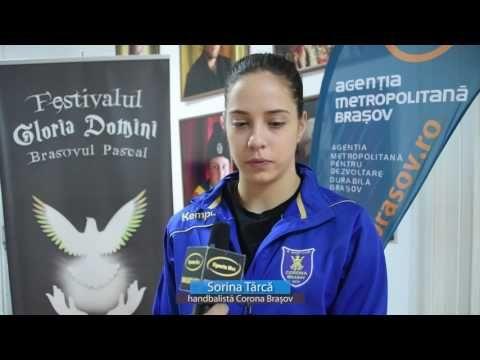 """VIDEO Trei tinere handbaliste de la Corona Braşov au """"marcat"""" la sculptură în lemn, de Paşte"""