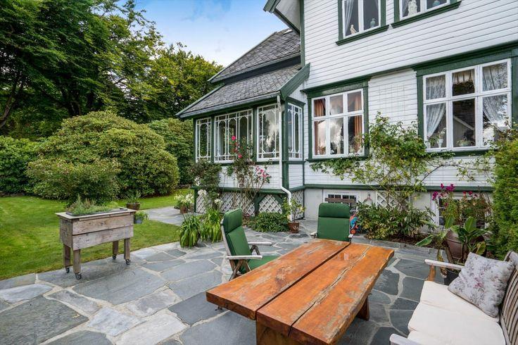 (10) FINN – EIGANES - Ærverdig, romslig og prisbelønnet sveitservilla.Opparbeidet eiendom beliggende ved Breidablikk.