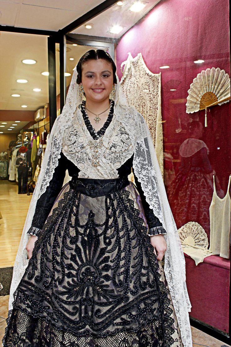 Traje de castellonera  realizado por Amparo Pitarch con un impresionante delantal hecho a mano y bordado en pedrería, manteleta pieza única de anticuario y aderezo.