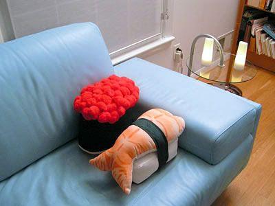 """Was Leckeres für die Couch? Für die Sushi Liebhaber sicher ein """"Must-have"""", die Nigiri Kissen für die heimische Couch.  Echt leckeres Sushi kann man sich aber beim Man Thei Sushi Taxi Düsseldorf bestellen. Einfach die Filiale auswählen und aus der aktuellen Sushi Speisekarte sich das gewünschte Lieblings-Sushi bestellen und direkt an die Couch liefern lassen."""