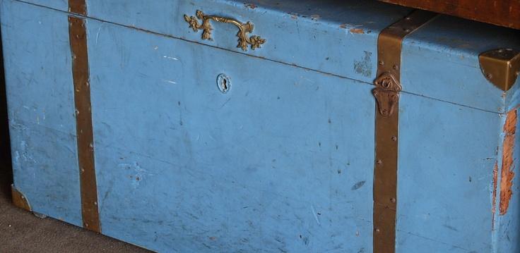 Baúl azul con herrajes de bronce, Sonia Carroza Antiguedades