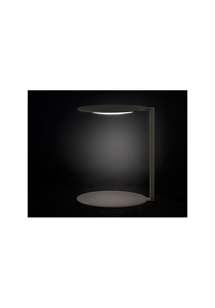 Lampada da tavolo Oluce Duca in metallo verniciato grigio caldo. Dal design semplice ed essenziale, questa lampade crea un contorno di eleganza e gusto  Lampadina inclusa: 1xmax 14W LED 220V